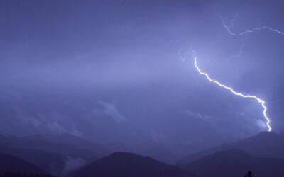 Jak radzić sobie z burzami podczas wędrówek górskich?